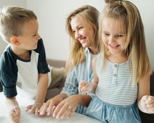 kindertagesstätte pädagogig job agil personalkontor spielende kinder mit erzieherin